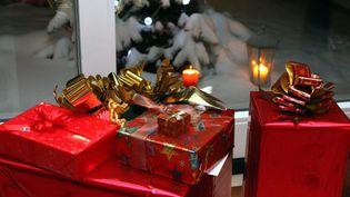 Ces cadeaux, au pied du sapin, contiennent-ils un ou des smartphones ? (MAXPPP)