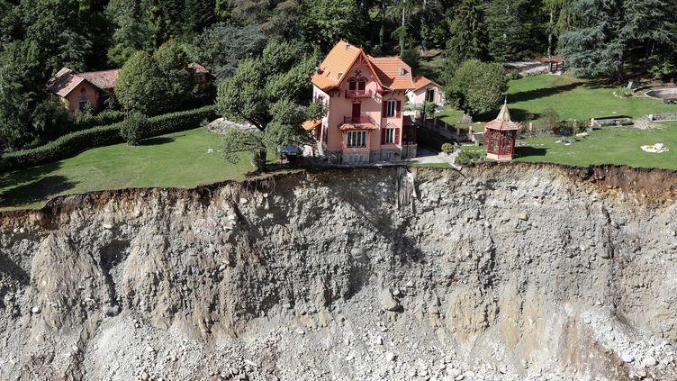 Une maison au bord du précipice à Saint-Martin-Vésubie (Alpes-Maritimes), le 3octobre 2020,au lendemain d'un violent épisode méditerranéen provoqué par la tempête Alex. Le bilan s'élève en France à 9 morts et 9 disparus. Plusieurs villages ont été dévastés par les fortes crues. (VALERY HACHE / AFP)