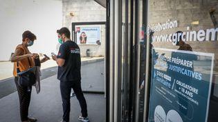 Contrôle des pass sanitaires devant les portes du cinéma CGR de Buxerolles (Vienne), le 21 juillet 2021. (MATHIEU HERDUIN / MAXPPP)