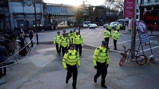 Des policiers patrouillent à proximité du London Bridge après l'attaque au couteau ayant fait deux morts, le 30 novembre 2019. (NIKLAS HALLE'N / AFP)