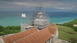 L'église en bord de falaise de Varengeville-sur-Mer (Seine-Maritime) menace de tomber dans les flots de la Manche à cause de l'érosion. (FRANCE 2)
