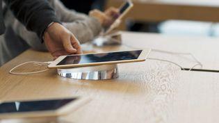 Apple a présenté jeudi 28 décembre ses excuses pour avoir délibérément ralenti certains de ses iPhone pour compenser le vieillissement de leur batterie. (LANG XINCHEN / IMAGINECHINA)