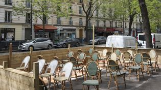 Une terrasse parisienne en attente de ses premiers clients, le 17 mai 2021. (NICOLAS PORTNOI / HANS LUCAS / AFP)