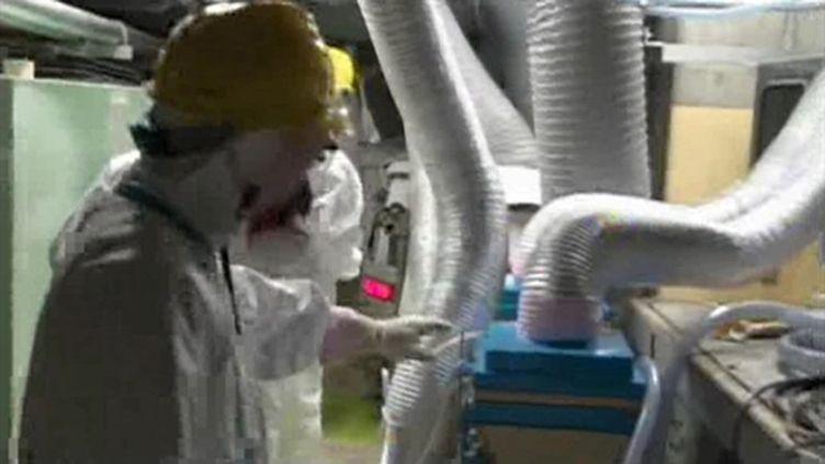 Un employé de Tepco dans la centrale nucléaire accidentée de Fukushima, le 6 mai 2011. (AFP - Tepco)