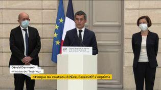 Gérald Darmanin, le ministre de l'Intérieur, entouré de la ministre des Armées, Florence Parly et du ministre des Affaires étrangères, Jean-Yves Le Drian, lors d'une conférence de presse, à l'Elysée, à Paris, le 30 octobre 2020. (FRANCEINFO)