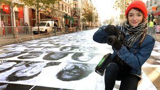 Charlotte Le Bon devant les portraits géants  (PHOTOPQR/LE PROGRES/Philippe Juste)