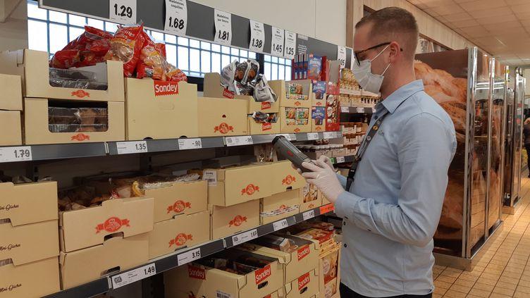 Ces salariés de ce supermarché de l'agglomération de Caen (Mondeville) sont tous équipés de masques contre le Coronavirus. (OLIVIER DUC / FRANCE-BLEU BASSE-NORMANDIE)