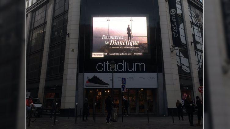 Une publicité pour l'église de Scientologie affichée dans Paris et photographiée par une internaute, le 27 janvier 2017. (ENCOREUNEPETASS / TWITTER)