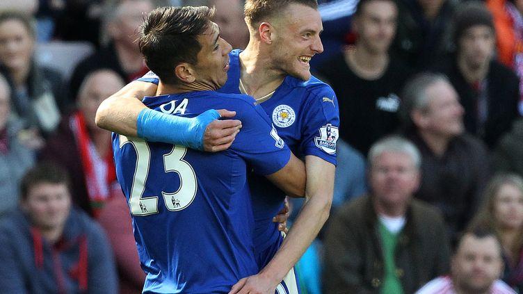 Le buteur de Leicester Jamie Vardy et son coéquipier Leonardo Ulloa (LINDSEY PARNABY / AFP)