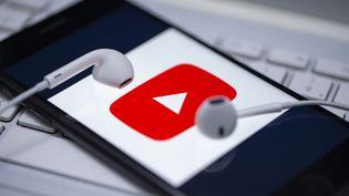 YouTube a annoncé le 11 décembre 2019 que les insultes, les menaces personnelles et le harcèlement en général ne seraient plus tolérés sur sa plateforme. (AYTAC UNAL / ANADOLU AGENCY / AFP)