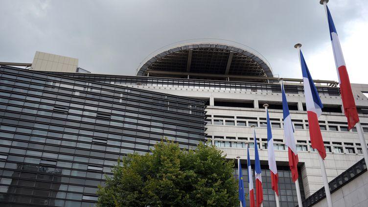 Des drapeaux français devant le ministère des Finances et de l'Economie. (ERIC PIERMONT / AFP)