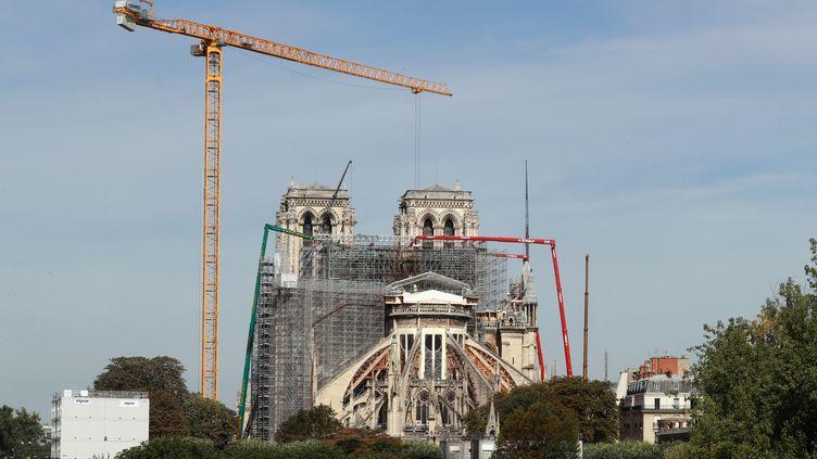 Des grues aident à démonter l'échafaudage de la cathédrale Notre-Dame de Paris, qui a été endommagée lors d'un incendie, le 22 juillet 2020 (photo d'illustration). (LUDOVIC MARIN / AFP)