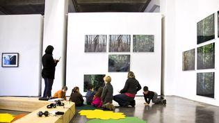 Un groupe d'enfants en visite pédagogique dans un musée d'art contemporain de Bordeaux (Gironde), le 24 avril 2017. (PHILIPPE ROY / AFP)