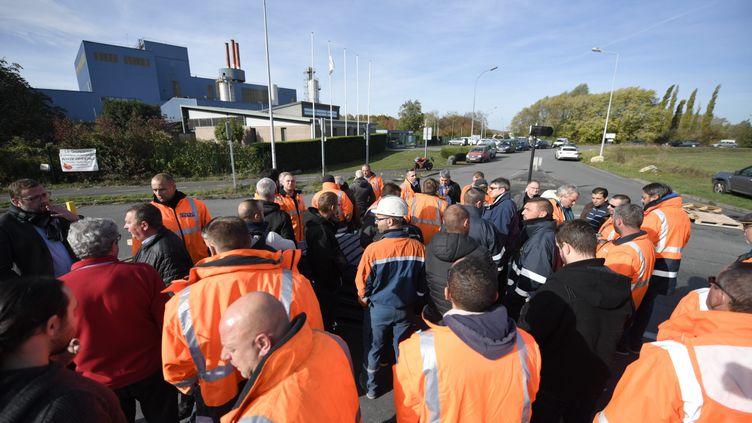 Des salariés d'Ascoval bloquent le rond-point de Saint-Saulve (Nord). (PIERRE ROUANET / MAXPPP)