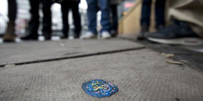 Un des milliers de chewing-gums peints par Ben Wilson, dans une rue de l'Est londonien.  (Ben Stansall / AFP)