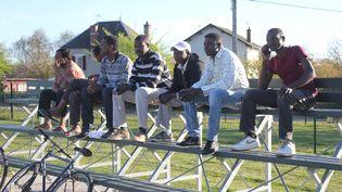 Des demandeurs d'asile du centre d'accueil de Pouilly-en-Auxois assistent à la séance d'entraînement de l'équipe de football à laquelle certains migrants participent, mercredi 20 avril 2015. (CLEMENT PARROT / FRANCETV INFO)