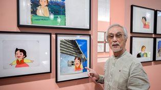 """Le dessinateur et animateur japonaisYoichi Kotabe, devant des planches du dessin animé """"Heidi"""", objet d'une exposition à Zurich jusqu'au 13 octobre 2019. (FABRICE COFFRINI / AFP)"""
