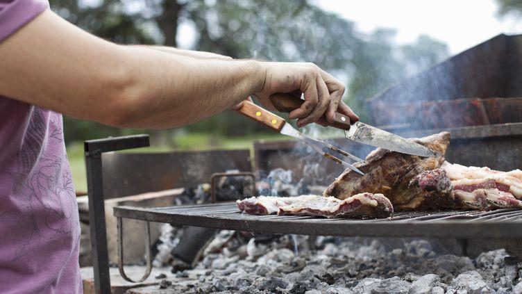 Un homme prépare un barbecue, le 23 mars 2015. (KATHRIN ZIEGLER / TAXI / GETTY IMAGES)