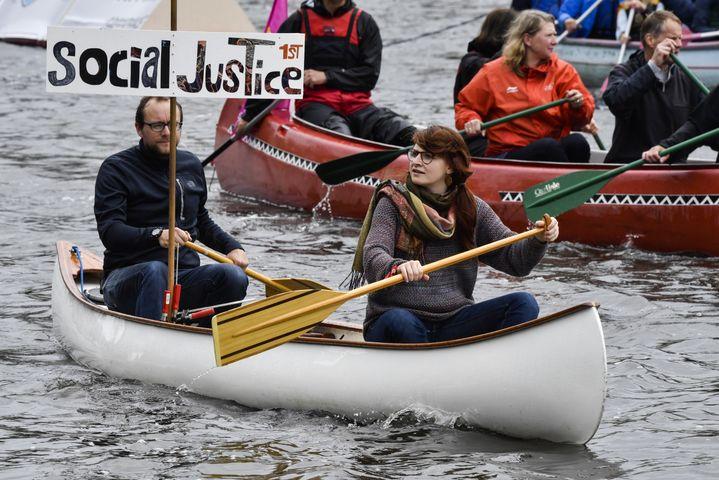 Des manifestants ont décidé de ne pas battre le pavé, mais de prendre les rames pourremonterl'Alster, la rivière qui arrose Hambourg, dimanche 2 juillet. (JOHN MACDOUGALL / AFP)