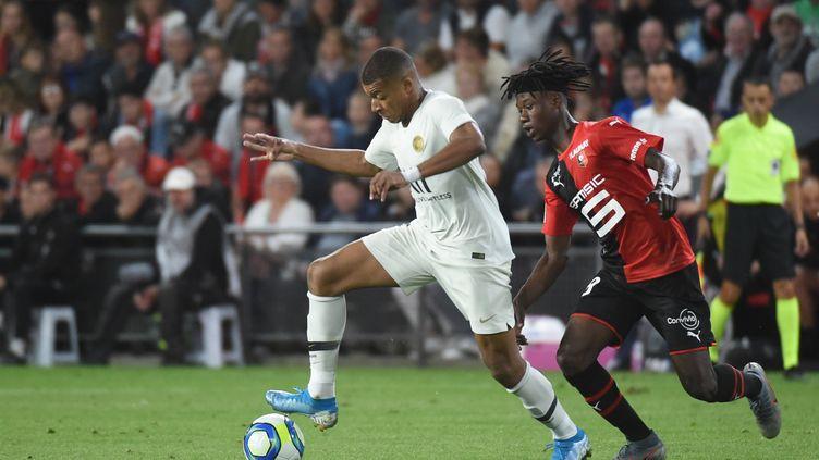 Eduardo Camavinga,à la poursuite deKylian M'Bappé, lors d'un match comptant pourla 2e journéede Ligue 1, entre le Stade rennais et le PSG, le 18 août 2019. (JEAN-FRANCOIS MONIER / AFP)
