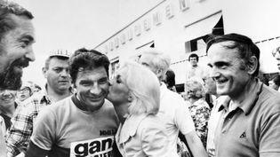 L'actrice et chanteuse Betty Mars embrasse un Raymond Poulidor victorieux, à l'arrivée du Grand Prix du Midi Libre à Nîmes (Gard), le 17 juin 1973. (AFP)
