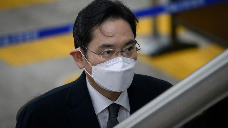 Lee Jae-yong, l'héritier de Samsung, lors de son arrivée au tribunal de Séoul (Corée du Sud), le 18 janvier 2021. (ED JONES / AFP)