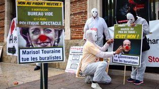 Des buralistes manifestent devant la préfecture des Pyrénées-Orientales, à Perpignan, le 8 septembre 2015. (  MAXPPP)