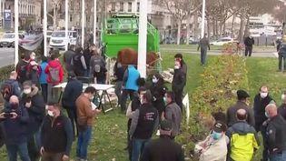 Alimentation : à Lyon, les agriculteurs manifestent contre le menu sans viande (France 3)