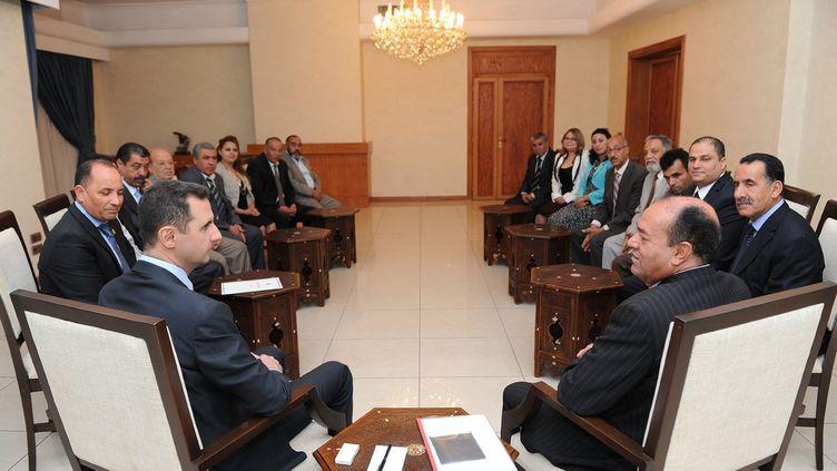Bachar Al-Assad (en bas à gauche) reçoit une délégation tunisienne, le 23 mai 2013, à Damas. (SANA / AFP )