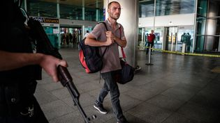 Unvoyageur marche devant l'aéroport d'Istanbul, touchée par une triple attaque-suicide, le 27 juin 2016. (OZAN KOSE / AFP)