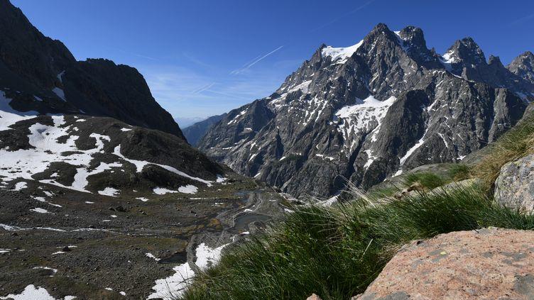 Le Mont Pelvoux, dans les Alpes, le 16 juin 2017. (JEAN-PIERRE CLATOT / AFP)
