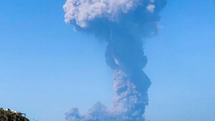 Le Stromboli en éruption, sur l'île du même nom, dans l'archipel des Eoliennes (Italie), le 3 juillet 2019. (FIONA CARTER / TWITTER ACCOUNT OF @FIONACARTER / AFP)