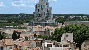 La tour émergeante de la Fondation Luma à Arles, le 24 juin 2021. (PASCAL GUYOT / AFP)