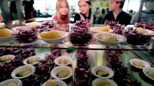 Des élèves choisissent leur repas dans unecantine scolaire de Maubeuge (Nord), le 23 novembre 2013. (MAXPPP)
