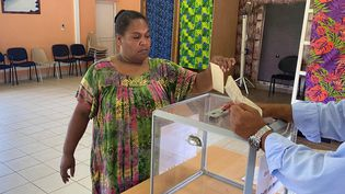 Une femme vote au premier tour des élections municipales, le 15 mars 2020, en Nouvelle-Calédonie. (CORALIE COCHIN / NOUVELLE CALEDONIE LA 1ERE)