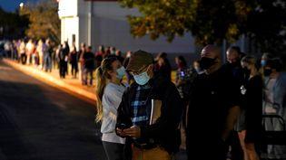 Les électeurs attendent encore pour voter à la nuit tombée, à Edmond (Oklahoma, Etats-Unis), le 3 novembre 2020. (NICK OXFORD / REUTERS)