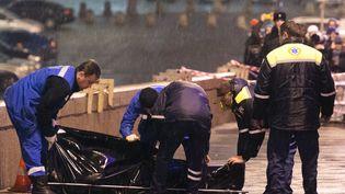 Des secouristes prennent en charge le corps de l'opposant russeBoris Nemtsov, tué de quatre balles à proximité du Kremlinà Moscou (Russie), le 27 février 2015. (DMITRY SEREBRYAKOV / AFP)