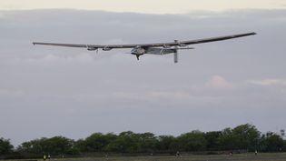 Le Solar Impulse 2 décolle de l'aéroport deKalaeloa, à Hawaï, jeudi 21 avril 2016. (EUGENE TANNER / AFP)