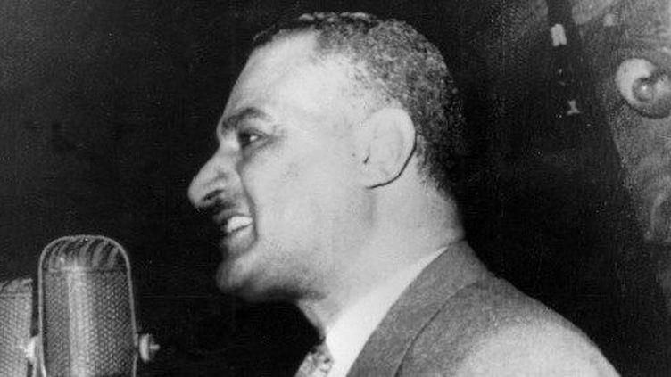 Le président égyptien Gamal Abdel Nasser, devant les micros, pour annoncer à ses concitoyens la nationalisation du canal de Suez le 26 juillet 1956 à Alexandrie. (AFP)
