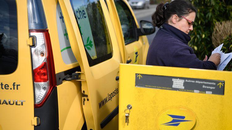 Après avoir fermé jusqu'à 80 % des bureaux de Poste au début du confinement, l'entreprise publique reprend petit à petit son activité. (FRED TANNEAU / AFP)