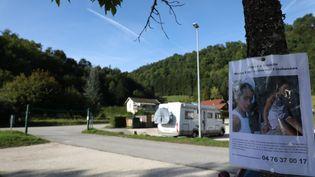 Des affichettes pour retrouver Maëlys ont été déposées autour du lac d'Aiguebelette (Savoie). (MAXPPP)