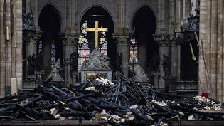 Photo d'archive de la grande croix dorée de Notre-Dame de Paris, dressée le 16 avril 2019 au milieu des décombres de l'incendie qui a frappé la cathédrale. (ALEXIS SCIARD / MAXPPP)