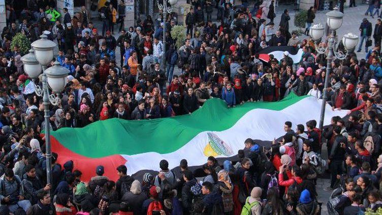 Des Tunisiens déploient un drapeau palestinien à Sfax, le 7 décembre 2017, pour protester contre la reconnaissance par Donald Trump de Jérusalem comme capitale de l'Etat hébreu. (Houssem Zouari / Anadolu Agency )