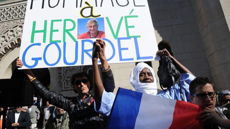 Plusieurs centaines de personnes se sont réunies devant la Grande mosquée de Paris, le 26 septembre 2014, pour rendre hommage à Hervé Gourdel, le Français assassiné en Algérie par des jihadistes. (DOMINIQUE FAGET / AFP)