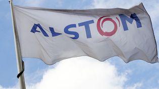 Le drapeau d'Alstom, à Levallois-Perret (Hauts-de-Seine), le 27 avril 2014. (PATRICK KOVARIK / AFP)