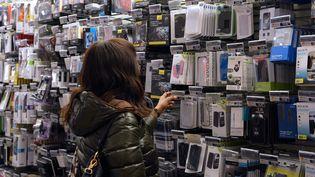Une cliente parcourt les rayons multimédias de la Fnac, le 27 novembre 2012 à Paris. (MIGUEL MEDINA / AFP)