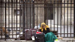 Une femme sans abri, à Paris, le 19 novembre 2014. (JOEL SAGET / AFP)
