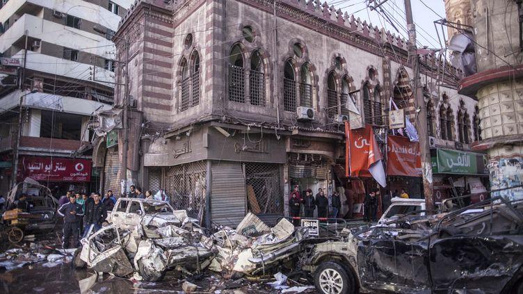 Le QG de la police de Mansoura dans le nord de l'Egypte, visé par une attaque à la voiture piégée, le 24 décembre 2013. (MAHMOUD KHALED / AFP)