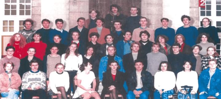Emmanuel Macron (au 2e rang en partant du bas, au centre) pose poursa photo de classe, en classe préparatoire au lycée Henri IV (Paris) en 1995. (FRANCE 2)