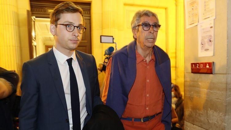 Patrick Balkany et son avocat Romain Dieudonné (à gauche) arrivent à la cour d'appel de Paris, le 27 mai 2020. (THOMAS SAMSON / AFP)